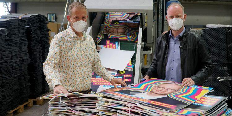 Martin Hartl und Timm Kern beim Recyceln der Wahlplakate