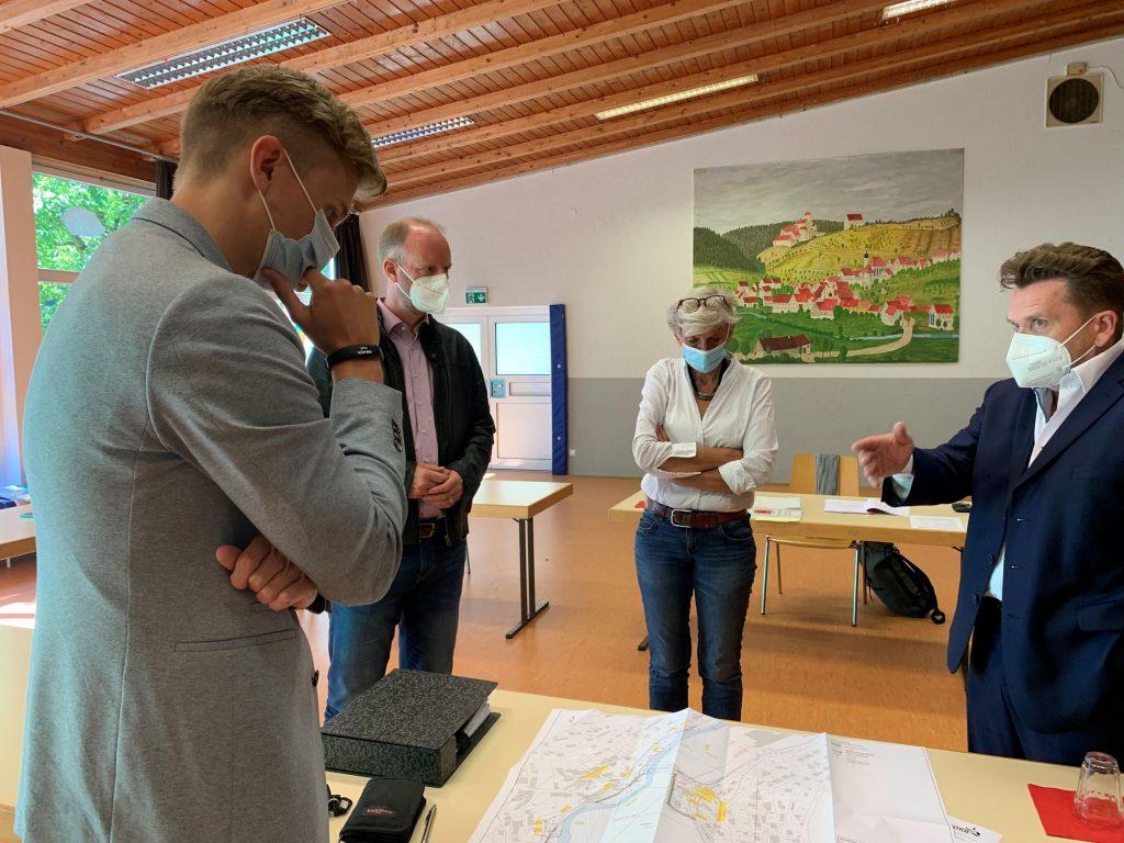 Stadtrat Michael König, Dr. Timm Kern MdL, Ortsvorsteherin Monika Fuhl und Bürgermeister Ralph Zimmermann