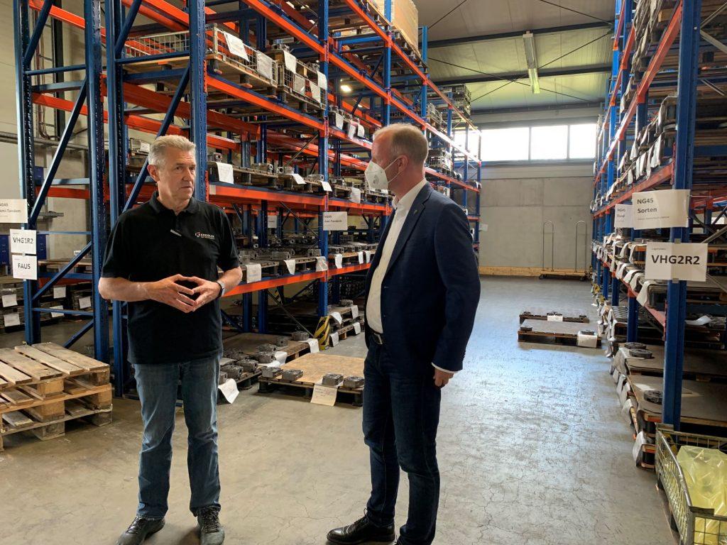 Geschäftsführer Raimund Ege im Dialog mit Timm Kern MdL
